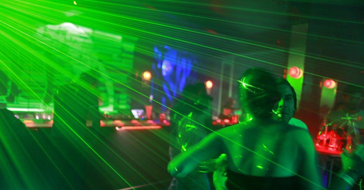 Nya råden för ovaccinerade: Olämpligt att gå ut och dansa eller besöka teatrar