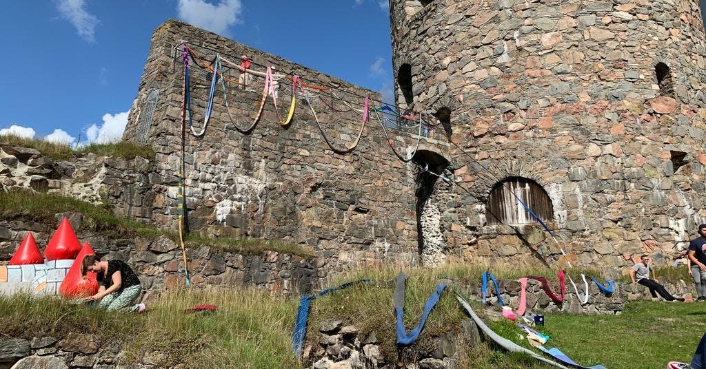 Tre kilometer halsduk pryder Bohus fästning