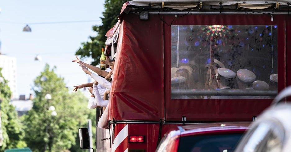 FHM: Max åtta i studenternas partybussar